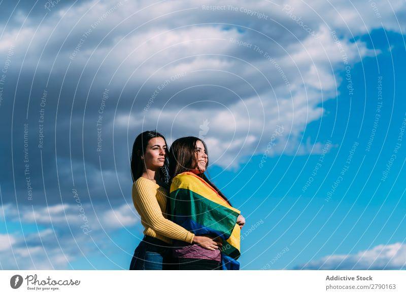 Junges Mädchenpaar mit schwuler Flagge tausendjährig Symbole & Metaphern Gefühle Partnerschaft Zuneigung bisexuell Zeitpunkt Homosexualität Freude Liebe