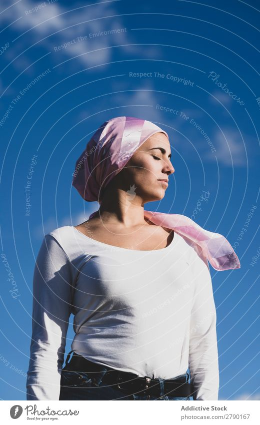 Junge schöne Frau mit Krebs-Kopftuch Erkenntnis Krankheit selbstbewußt stehen Überlebender Foulard Erwachsene Kämpfer Kampagne rosa Erholung Frauenbrust Patient