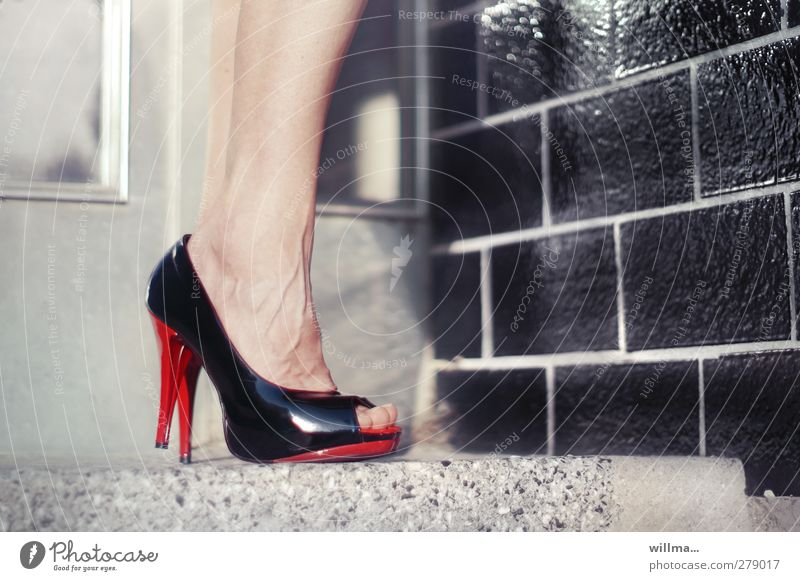steilvorlage rot schwarz Erwachsene feminin Beine Mode Fuß Schuhe Treppe warten elegant stehen 45-60 Jahre Fliesen u. Kacheln Zehen Gefäße