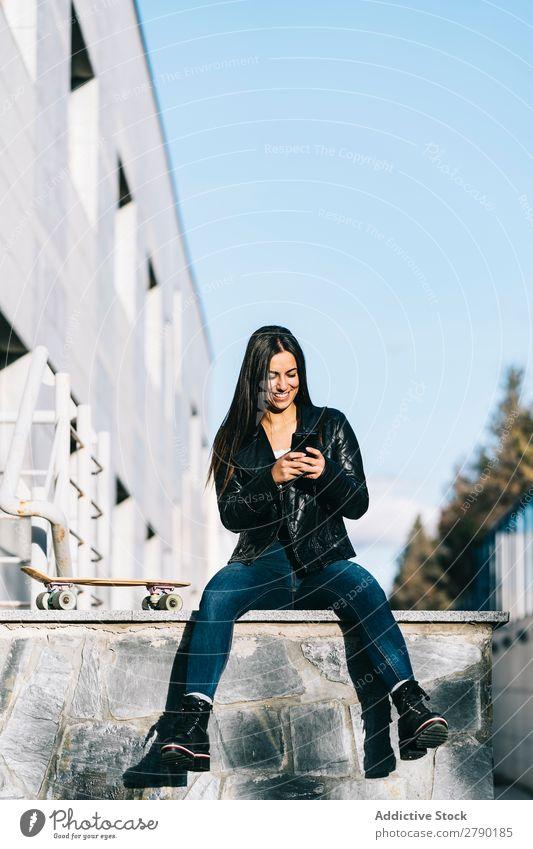 Frau im Gespräch auf dem Handy Lifestyle Halt Mensch Mädchen Business Chatten Technik & Technologie