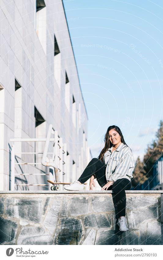 Junge Frau, die mit Skateboard posiert. 1 Halt Aussicht Erwachsene Skateboarding Jugendliche Freizeit & Hobby Longboard sitzen Freude lässig Mädchen Straße