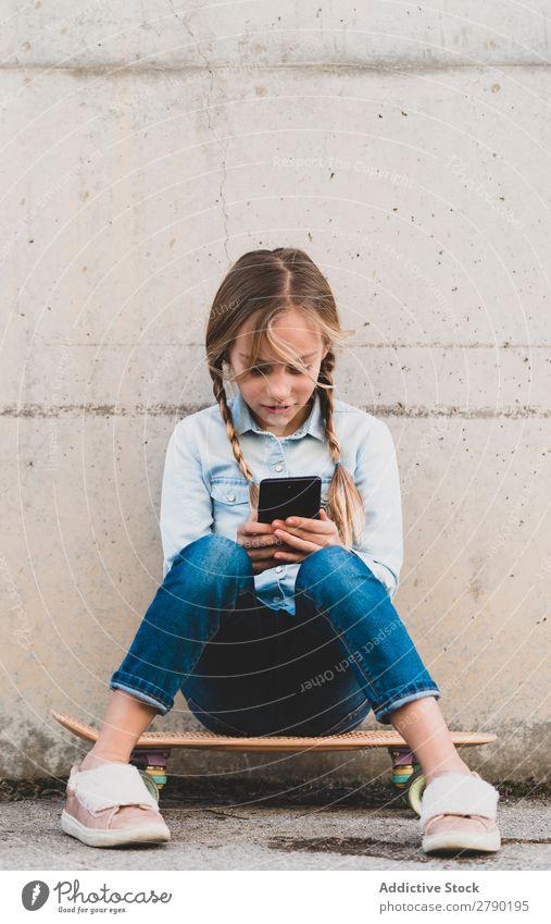 Kind mit Handy und Skate Bildschirm Halt Technik & Technologie Außenaufnahme Spielen digital