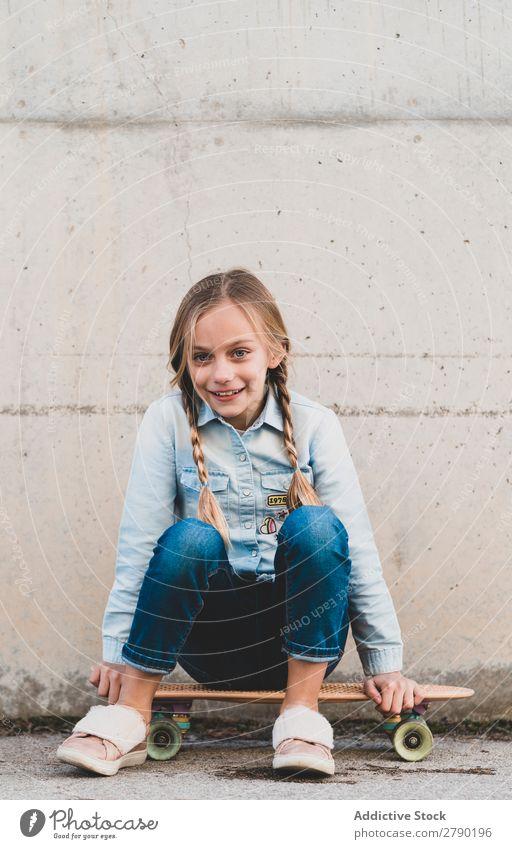 Kind posiert mit Skateboard Spielen modern Freizeit & Hobby Jugendliche Freude Mädchen Straße Stadt Fröhlichkeit Schlittschuhe Brillenträger