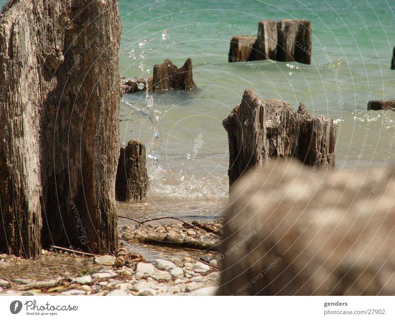 gestranded Holz Strand gefroren Wasser holzpflöcke Küste Stein turkies ruhig wassersprizter Niveau tief freeze Wassertropfen Bucht