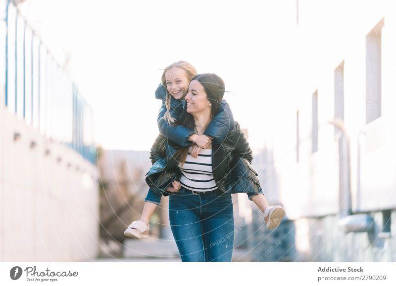 Frau beim Huckepack der jungen Schwester 2 Frühling Gefühle Halt Kind Partnerschaft Spielen Schwestern Freude Mädchen Liebe Fröhlichkeit Freiheit rennen schön
