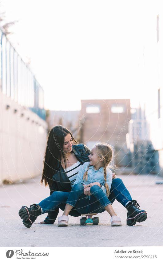 Junge Schwestern beim Spielen 2 Frühling Gefühle Halt Kind Partnerschaft Freude Mädchen Liebe Fröhlichkeit Freiheit rennen schön Jugendliche Kindheit Mensch
