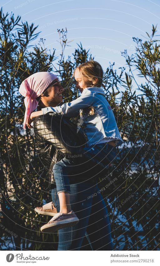 Mädchen mit Krebstuch Erkenntnis Krankheit Brustkrebs selbstbewußt stehen Überlebender Kämpfer rosa Erholung Bewusstsein für Brustkrebs Kopftuch Schal