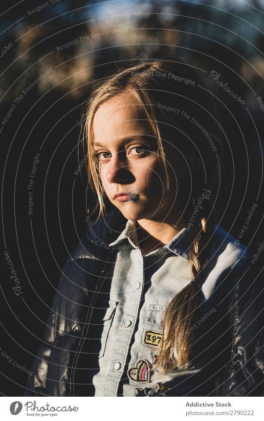 Blondes schönes Kinderporträt hübsch Träume Feld Behaarung Baby Gefühle Mädchen Kaukasier August Kindheit spielerisch süße Kinder Beautyfotografie schöne Kinder