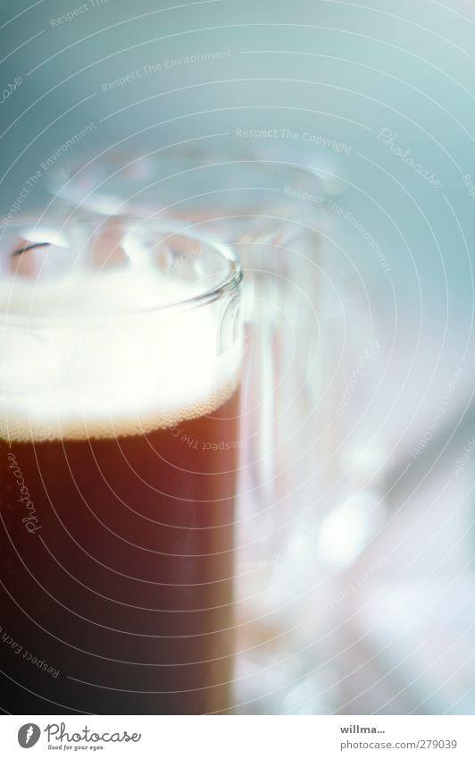 der rechtsgeleerte Getränk Bier Glas Bierglas trinken Gastronomie lecker braun voll Alkoholsucht hell-blau Bierschaum dunkles Bier Farbfoto Außenaufnahme