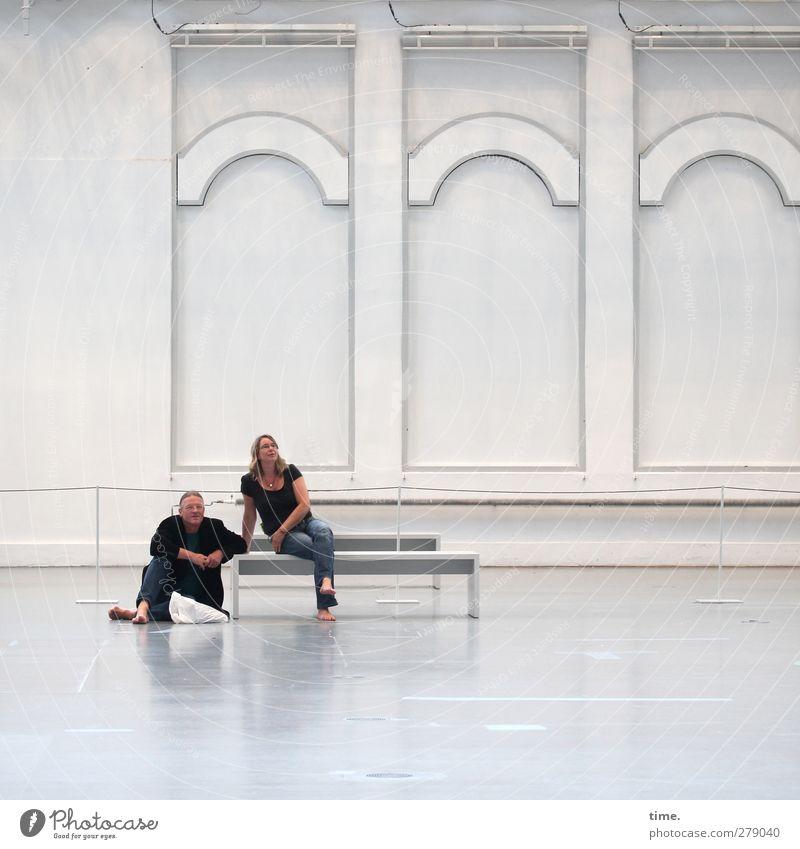Enjoying Art Spheres Mensch Frau Mann weiß ruhig Erwachsene Erholung Wand Architektur grau Mauer hell glänzend sitzen Zufriedenheit elegant