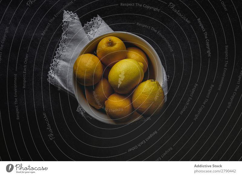Frische Zitronen auf dunklem Hintergrund. Lebensmittel Frucht frisch gelb Vitamine Saft Entzug Diät organisch Hintergrundbild tropisch Limonade Rohmaterial