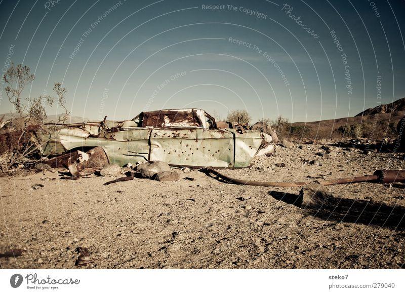 wüsten-wrack II Wolkenloser Himmel Wärme Wüste PKW blau grün Endzeitstimmung Umweltverschmutzung Verfall Autowrack Schrott Kies Rost USA Gedeckte Farben