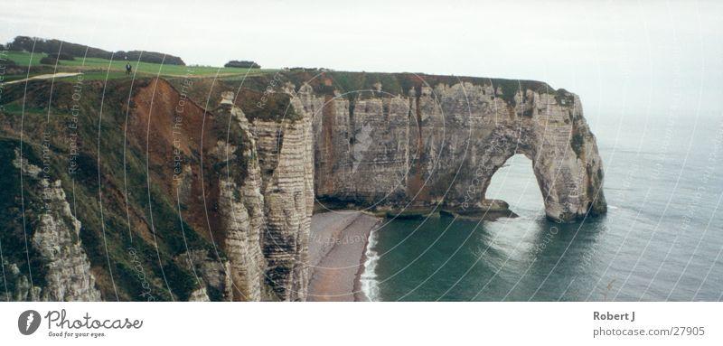 Felsen Küste Wasser Wolken groß Felsen Panorama (Bildformat) Frankreich schlechtes Wetter Normandie
