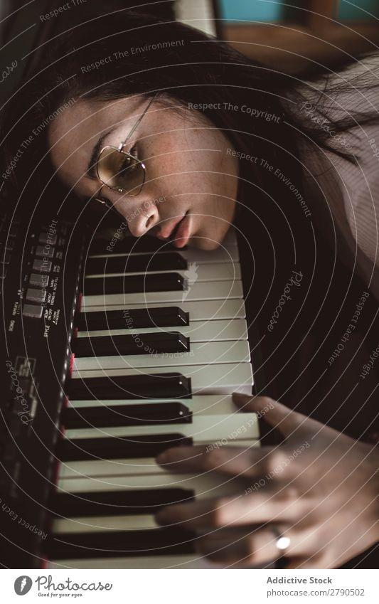 junge Frau mit dem Kopf auf dem Klavier ruhend Lifestyle Musik Instrument Pose klassisch Pianist Model Erwachsene schön niedlich Klassik Musiker hübsch Musical
