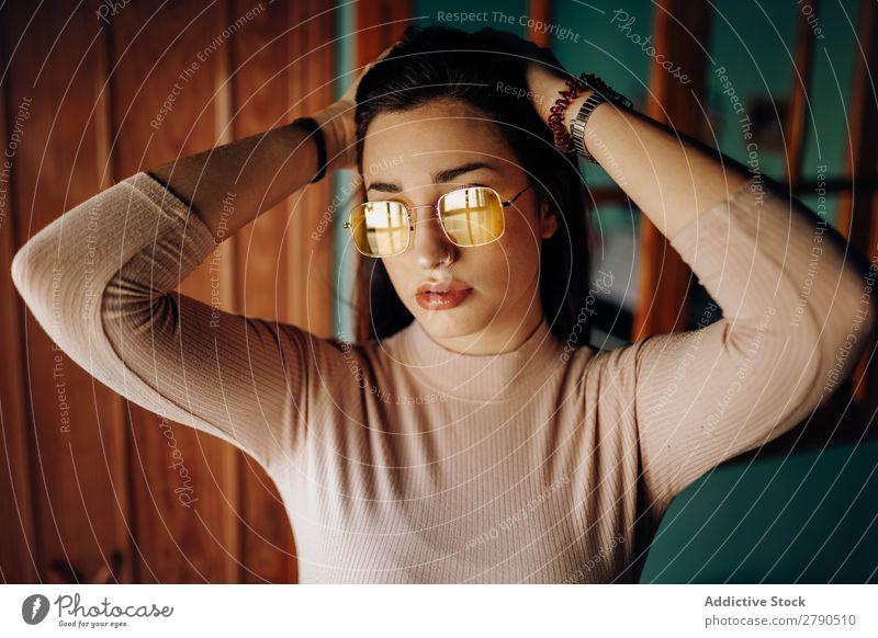 Stilvolle junge Frau in Sonnenbrille trendy charmant attraktiv Jugendliche Pullover Hand Kopf Raum rosa Dame schön Leidenschaft Schminke elegant niedlich