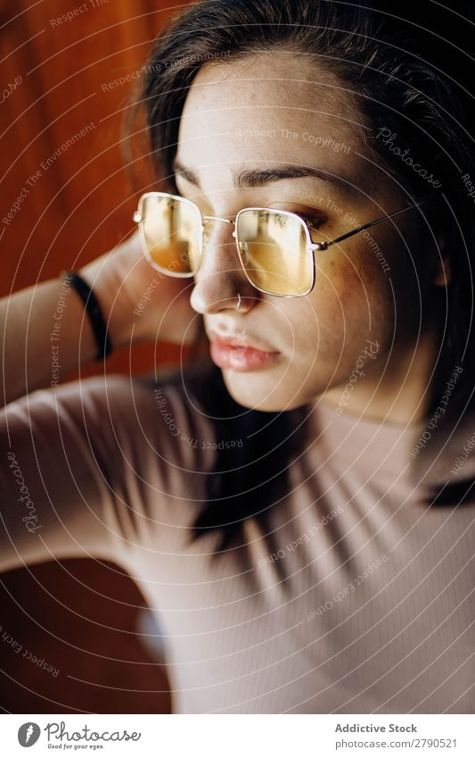 Porträt einer jungen Frau mit gelber Brille posierend Brillenträger schön Gesicht genießen Beautyfotografie Jugendliche 1 Mädchen vereinzelt Vorderseite