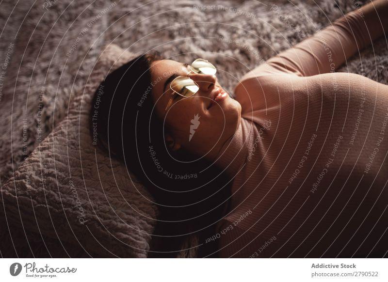 Junge Frau auf dem Bett liegend Schlafzimmer Jugendliche lügen attraktiv besinnlich Decke Kopfkissen Denken Fürsorge charmant schön Dame heimwärts Erholung