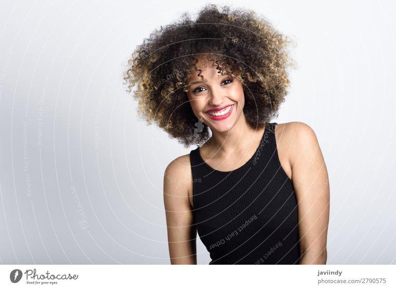 Junge schwarze Frau mit Afro-Frisur lächelnd Stil schön Haare & Frisuren Gesicht Mensch feminin Junge Frau Jugendliche Erwachsene 1 18-30 Jahre Mode Afro-Look