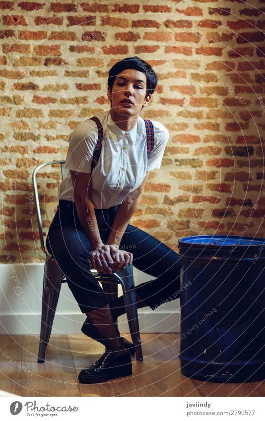 Schöne Frau, Model der Mode, mit sehr kurzem Haarschnitt. Stil schön Haare & Frisuren Gesicht Mensch feminin Junge Frau Jugendliche Erwachsene 1 18-30 Jahre