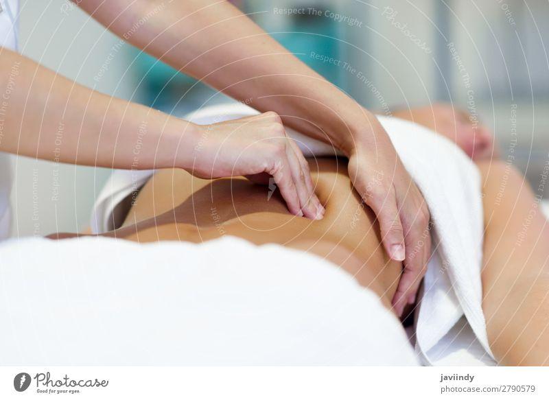 Frau mit Bauchmassage durch einen professionellen Therapeuten Lifestyle schön Körper Behandlung Medikament Wellness Erholung Spa Massage