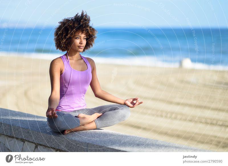 Schwarze Frau, Afro-Frisur, Yoga am Strand machend Lifestyle schön Körper Haare & Frisuren Wellness Erholung Meditation Freizeit & Hobby Meer Sport Mensch