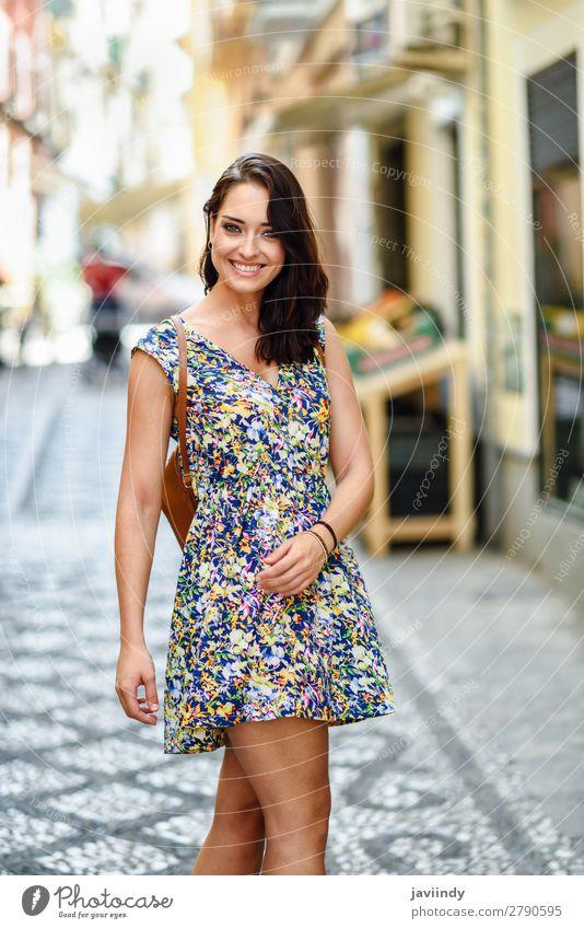 Junge Frau mit blauen Augen und braunem, welligem Haar im Freien. Lifestyle Stil Glück schön Haare & Frisuren Sommer Mensch feminin Jugendliche Erwachsene 1