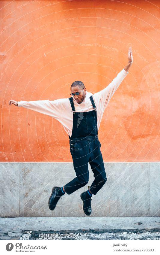 Mensch Jugendliche Mann schön Junger Mann Freude schwarz 18-30 Jahre Straße Lifestyle Erwachsene Gefühle Glück Mode springen maskulin