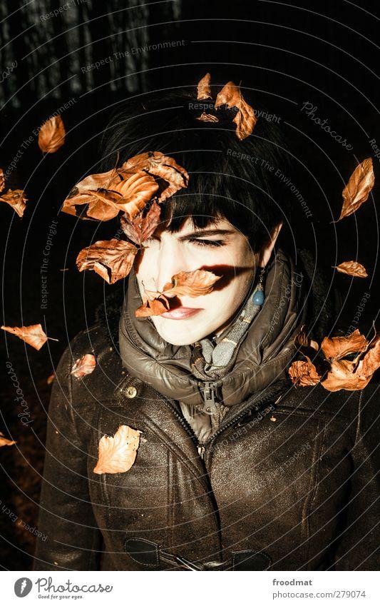 herbststimmung Mensch Frau Jugendliche Blatt Erwachsene Junge Frau kalt Herbst feminin Bewegung Traurigkeit braun Vergänglichkeit Jahreszeiten Wut Herbstlaub