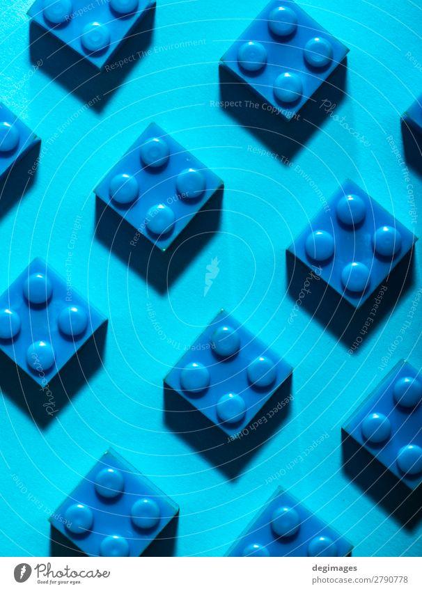 Blaue einfarbige geometrische Kunststoffwürfel. Bauspielzeug Design Spielen Kind Kindheit Spielzeug Backstein bauen blau Farbe Blöcke Hintergrund Reihen
