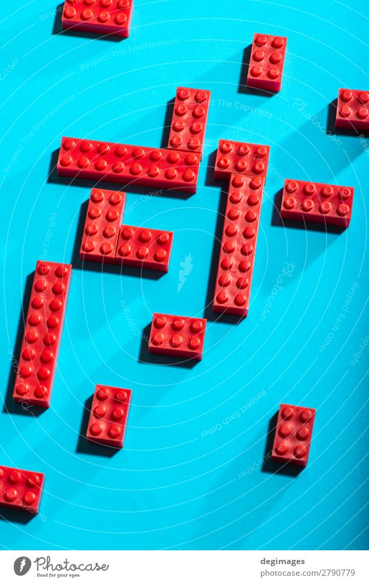 Rote geometrische Kunststoffwürfel kontrastieren auf blauem Hintergrund. Design Spielen Kind Kindheit Spielzeug Backstein bauen rot Farbe Blöcke Reihen