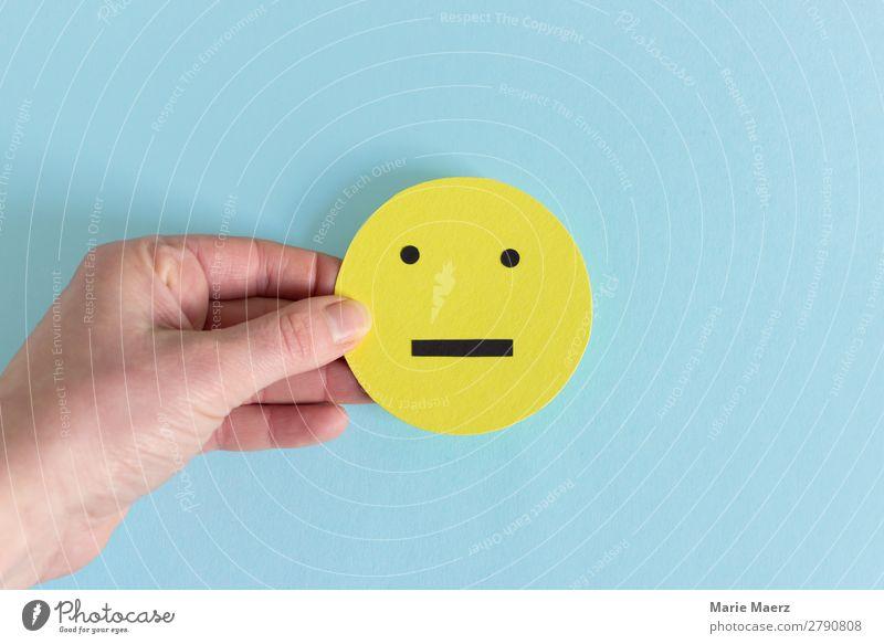 Weder gut noch schlecht - Hand hält neutrales Smiley Zeichen gebrauchen Kommunizieren blau gelb Gefühle Stimmung Wahrheit Beratung kaufen Qualität