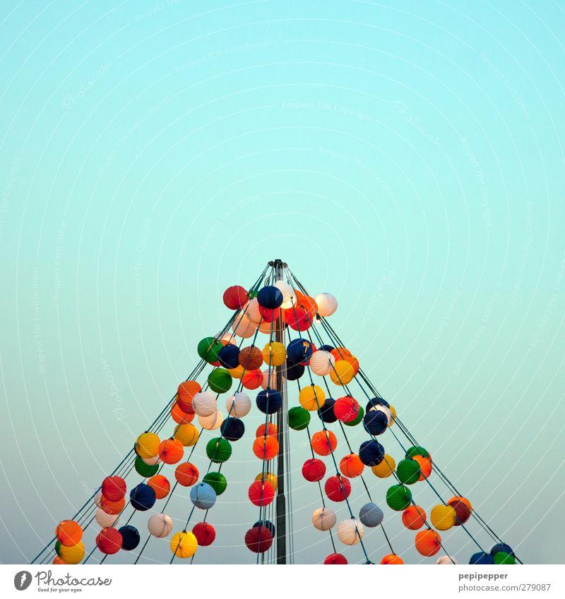 lichterzelt Party Seil Wolkenloser Himmel Luftballon Kugel Linie Schnur hängen leuchten mehrfarbig Zelt Ballone Balloons Gedeckte Farben Außenaufnahme Muster