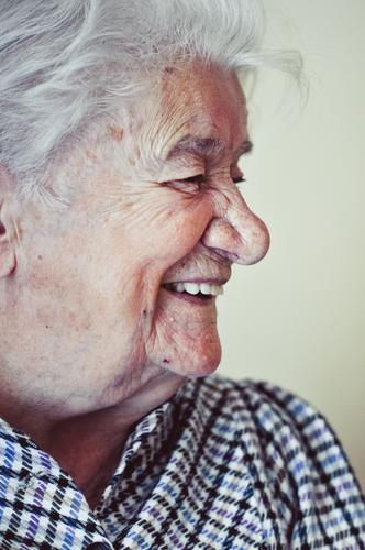 100 feminin Weiblicher Senior Frau Großmutter Gesicht Mensch 60 und älter alt lachen authentisch Freundlichkeit Fröhlichkeit Gesundheit Glück positiv