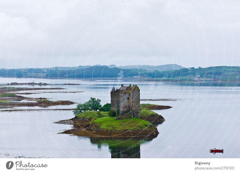 See in Schottland Landschaft Wasser schlechtes Wetter Burg oder Schloss Ruine Sportboot Stimmung Zufriedenheit ruhig Abenteuer Einsamkeit Idylle