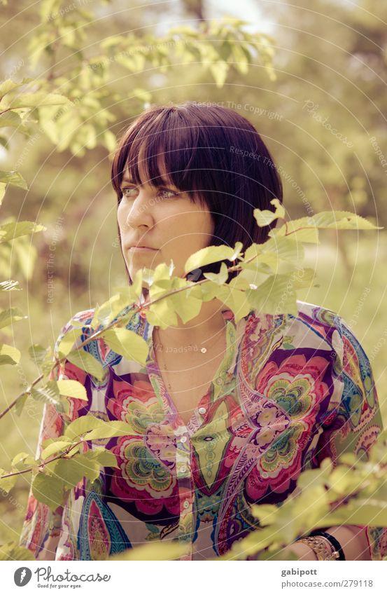 green girl in the busch Mensch Natur Jugendliche grün schön Pflanze Erwachsene Landschaft Umwelt feminin Junge Frau Stil Mode träumen warten elegant