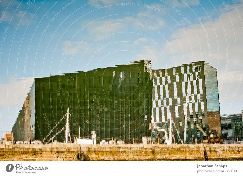 Liverpool Reflections V Himmel blau Wasser Stadt Haus Architektur Gebäude Fassade Hochhaus Hafen Surrealismus Wasseroberfläche Irritation Täuschung Hafenstadt