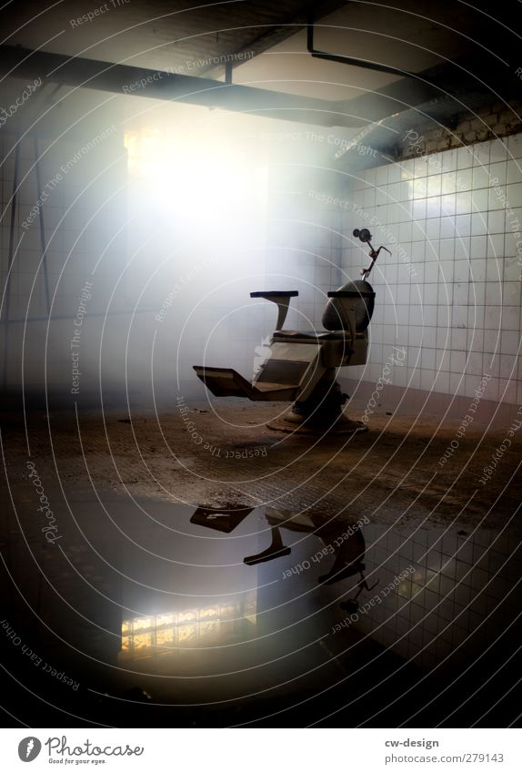 Der Zahnarztstuhl Arbeit & Erwerbstätigkeit Menschenleer Ruine stehen alt bedrohlich dreckig dunkel gruselig hässlich historisch kalt grau Angst Todesangst