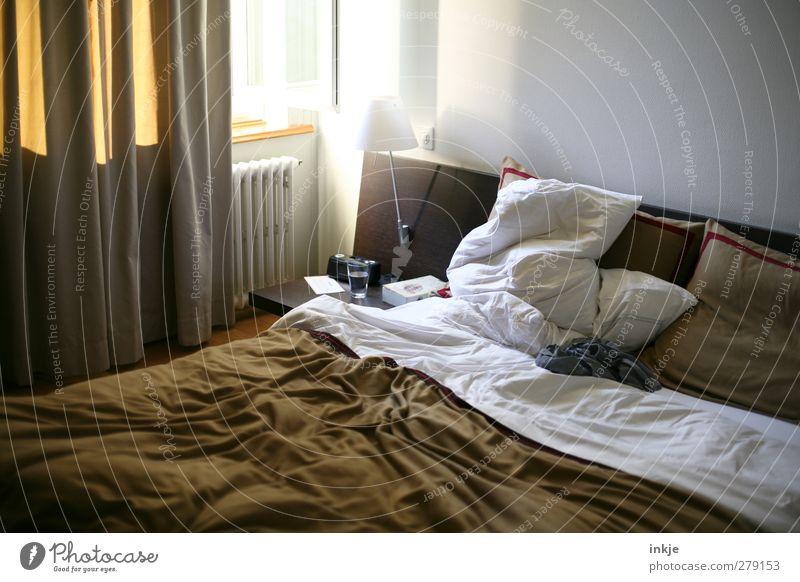 guten Morgen, Leben Lifestyle Stil Häusliches Leben Innenarchitektur Lampe Bett Raum Schlafzimmer Vorhang Gardine Heizkörper Nachttisch Kissen Bettwäsche Decke