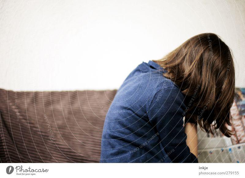 guten Morgen, Nachrichten Freizeit & Hobby Häusliches Leben Sofa Bildung Medienbranche Jugendliche Rücken 1 Mensch Pullover brünett langhaarig Zeitung lesen