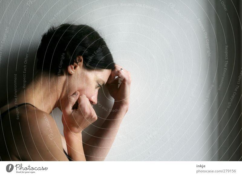 guten Morgen, Sorgen Mensch Frau Jugendliche Einsamkeit ruhig Erwachsene Leben Wand Junge Frau Gefühle Mauer Traurigkeit Denken Stimmung warten authentisch