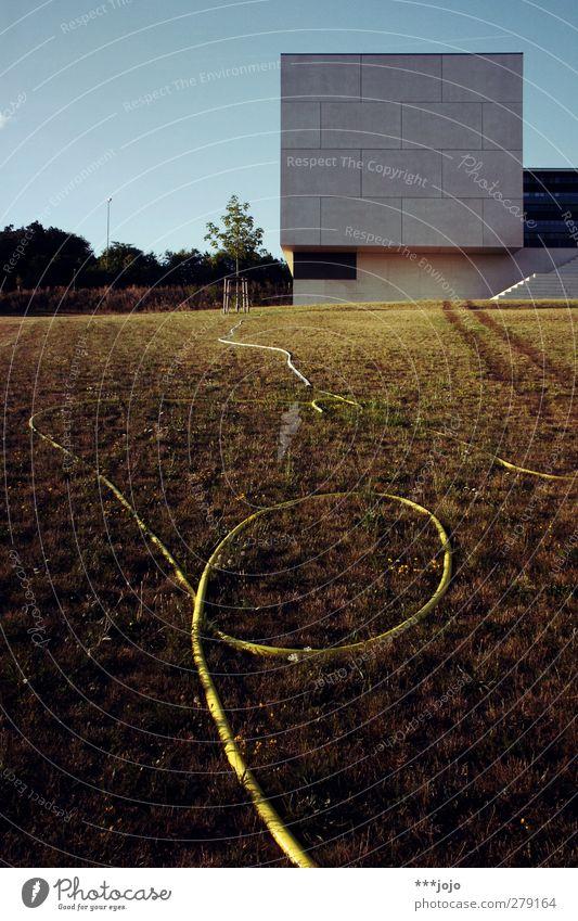 auf dem schlauch stehen. Stadt Haus Wiese Wand Gras Architektur grau Gebäude Fassade Beton modern Rasen Bauwerk eckig Würfel Schlauch