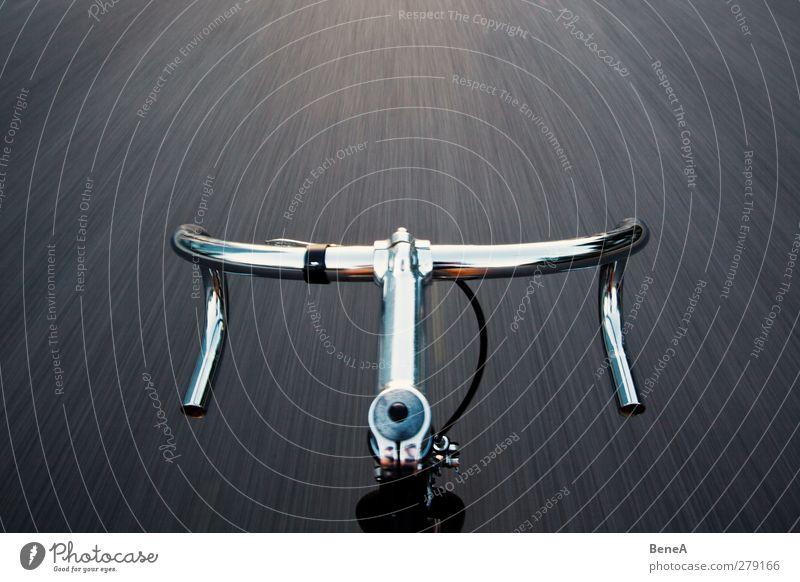 Rad Stadt Straße Bewegung Wege & Pfade Freiheit Metall Fahrrad Verkehr Beton Geschwindigkeit Lifestyle einzigartig fahren Fahrradfahren sportlich Verkehrswege