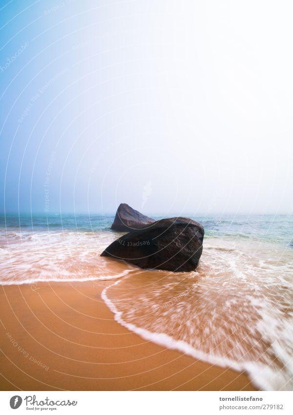 verschwommene Wellen Strand Sand Küste schön Schönes Wetter Blauer Himmel Absturz Meer Felsen Wasser