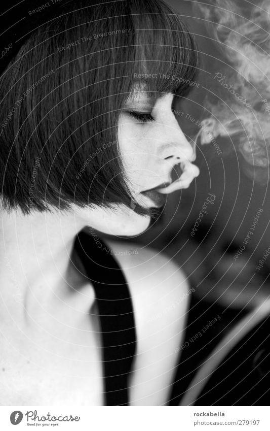 der ganze jazz. Mensch Jugendliche schön Erwachsene feminin Erotik Junge Frau 18-30 Jahre elegant authentisch einzigartig Rauchen brünett Pony schwarzhaarig kurzhaarig