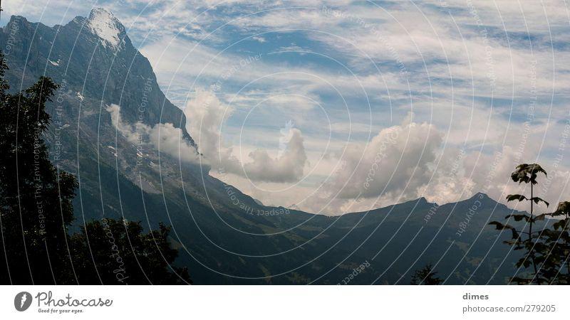 Eiger und Kleine Scheidegg im Panorama Klettern Bergsteigen Alpen Berge u. Gebirge Gipfel Schneebedeckte Gipfel Sport außergewöhnlich Euphorie Grindelwald