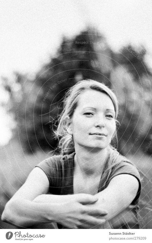 dreamer. Mensch Frau Natur Jugendliche Sommer Erwachsene Gesicht Wiese feminin Kopf träumen Park 18-30 Jahre sitzen Lächeln Hoffnung