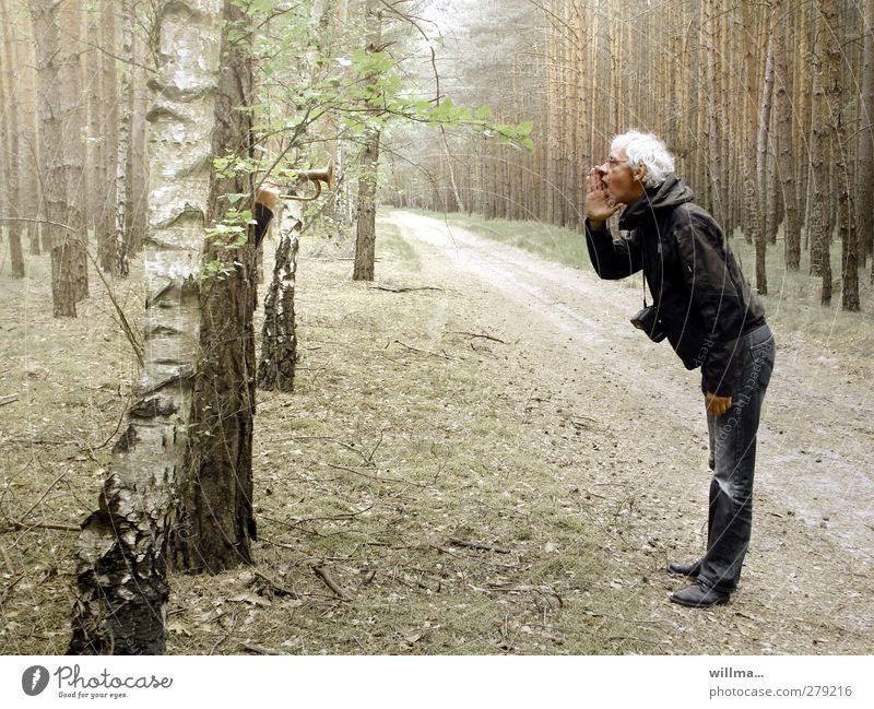 Wie man in den Wald hinein ruft so schallt es heraus Mann stehen rufen schreien Kommunizieren weißhaarig Ausflug Waldweg Senior Trompete sprechen Sprichwort