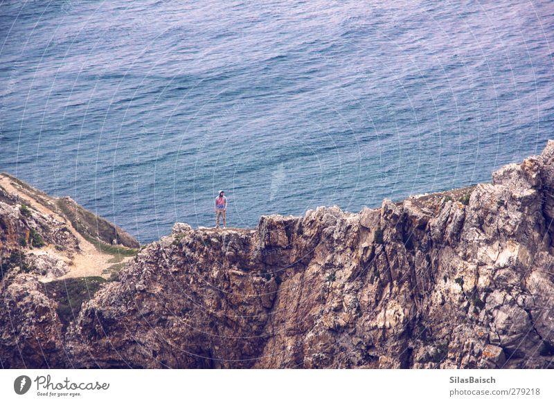 Auf festem Fels Mensch Jugendliche Wasser Meer Einsamkeit Erwachsene Landschaft Berge u. Gebirge Gefühle Küste Freiheit Stimmung Felsen 18-30 Jahre Wellen