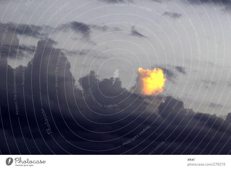 Sonderling Wolken Frühling blau gelb grau schwarz Himmel Farbfoto Abend Weitwinkel