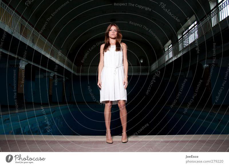 #239045 Lifestyle ausgehen Frau Erwachsene 1 Mensch 18-30 Jahre Jugendliche Mode Kleid beobachten Kommunizieren stehen träumen warten dunkel trendy schön